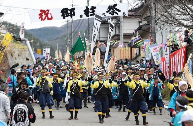 諏訪大社の御柱祭
