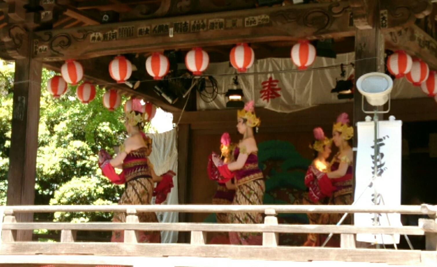 根津神社の神楽殿で