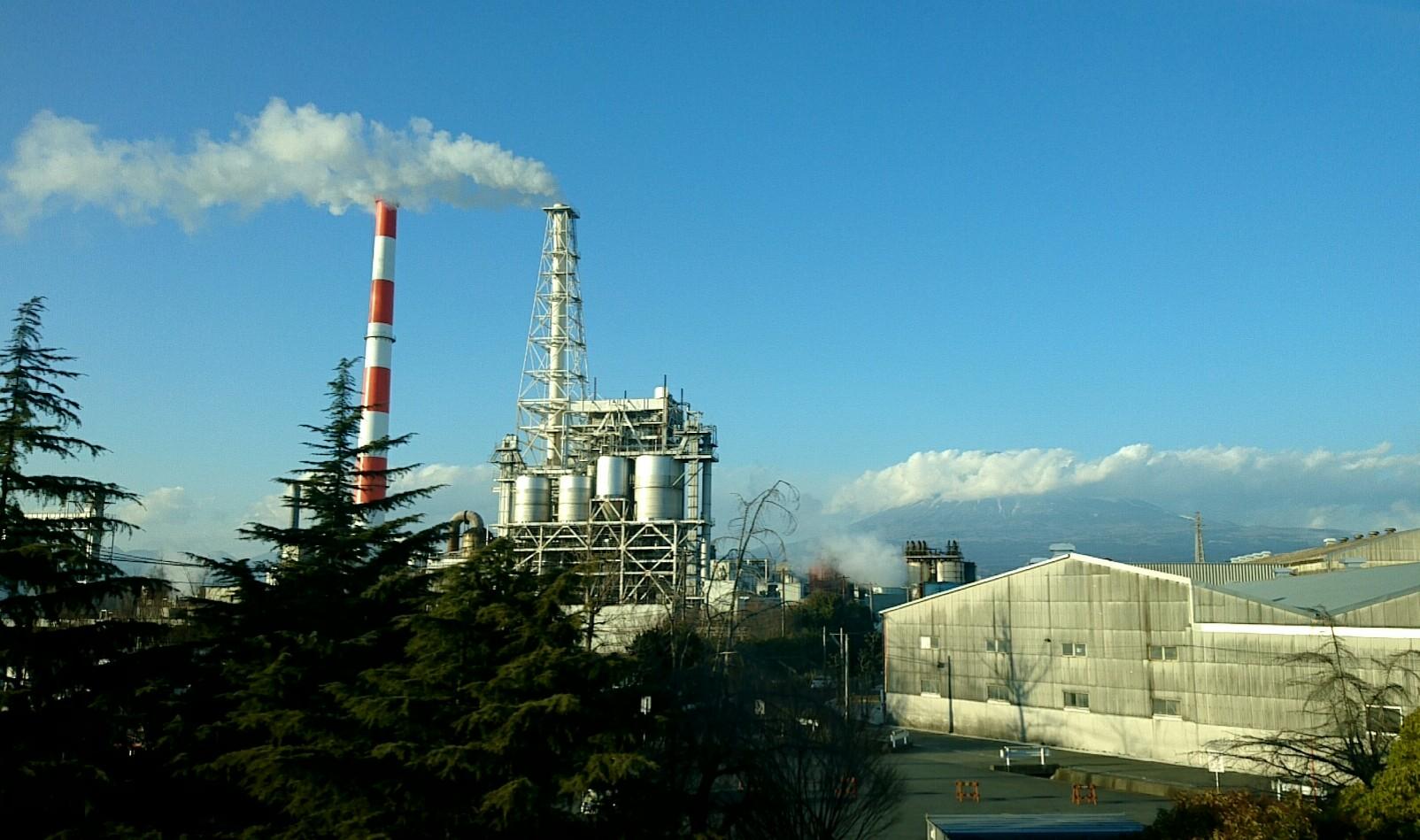 工場地帯からの富士山