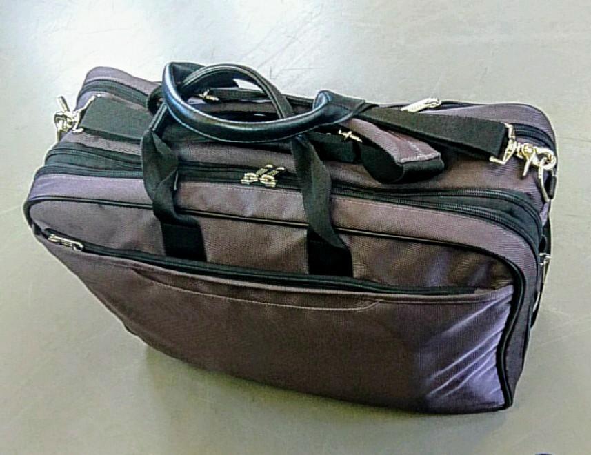 重い鞄を肩にかけ