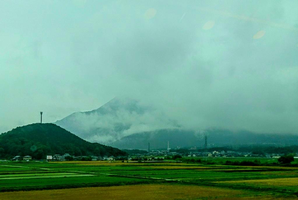 雨に煙る伊吹山