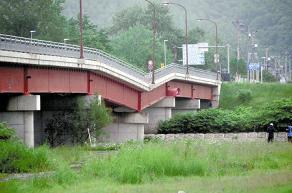 橋が「くの字」に