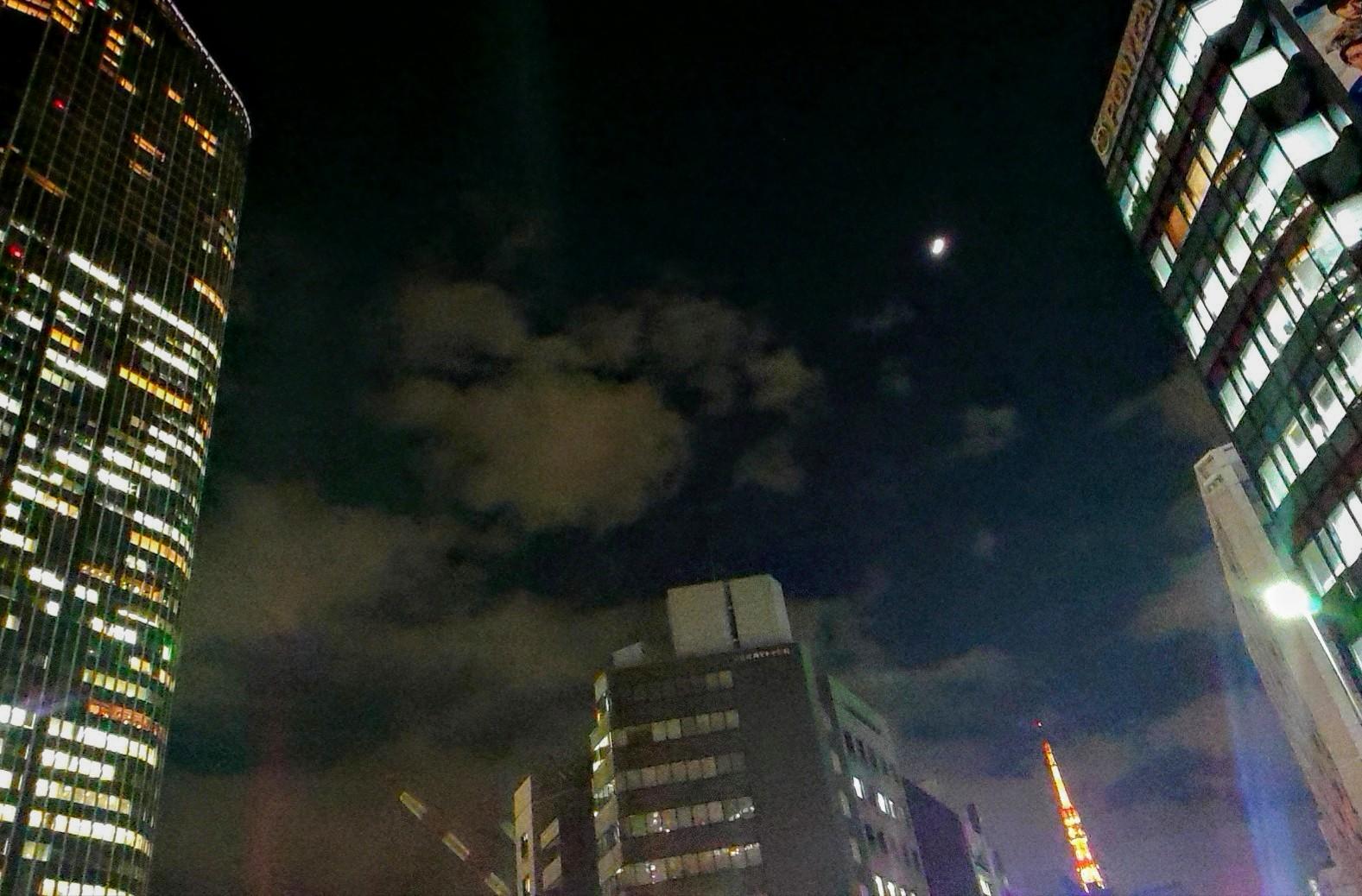 月とタワーとヒルズ